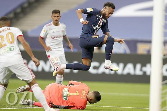 Lyon-Keeper Anthony Lopes ist vor PSG-Superstar Neymar am Ball. Foto: Francois Mori/AP/dpa